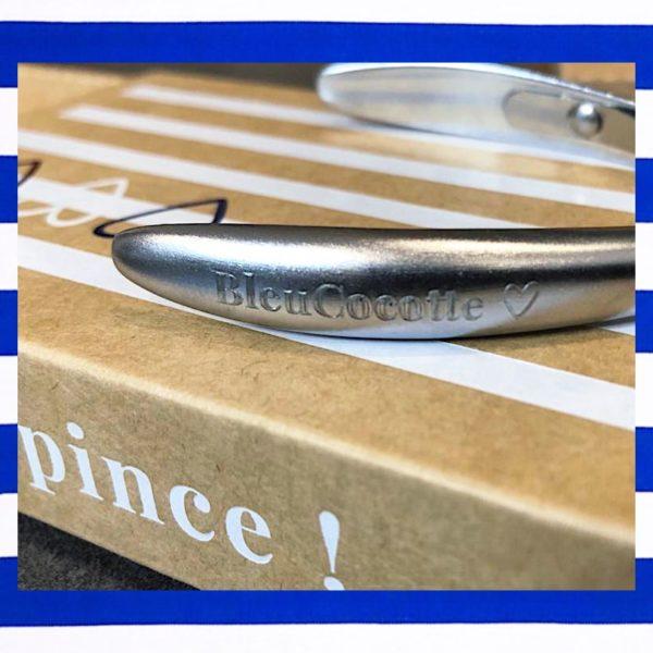 gros plan sur la gravure personnalisable de la pince à cuticules Bleucocotte