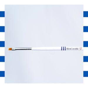 Le pinceau correcteur Bleucocotte a une tranche précise pour nettoyer le vernis semi permanent